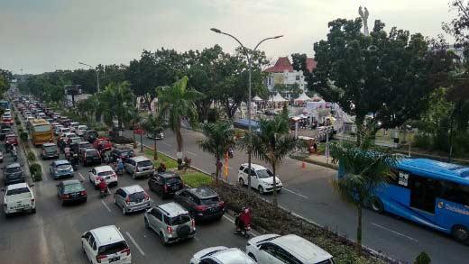 Jalan Sudirman Menuju Bandara SSK II Macet