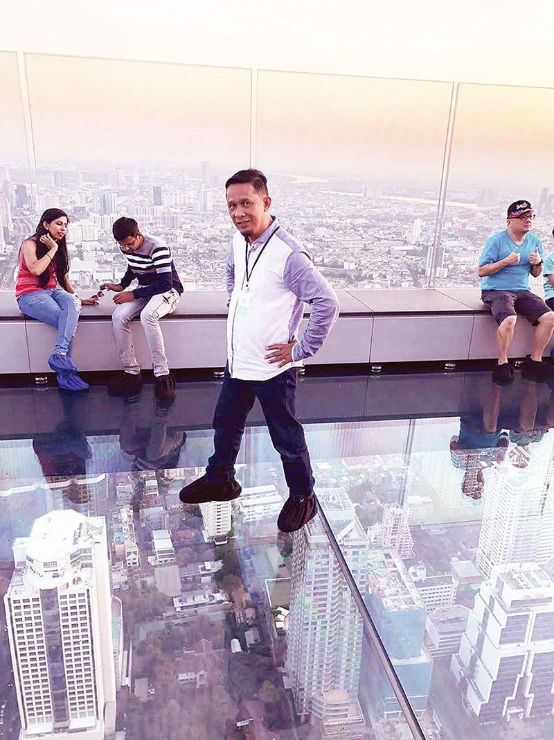 Dipeluk Ladyboys hingga Kengerian di Atap Lantai 78