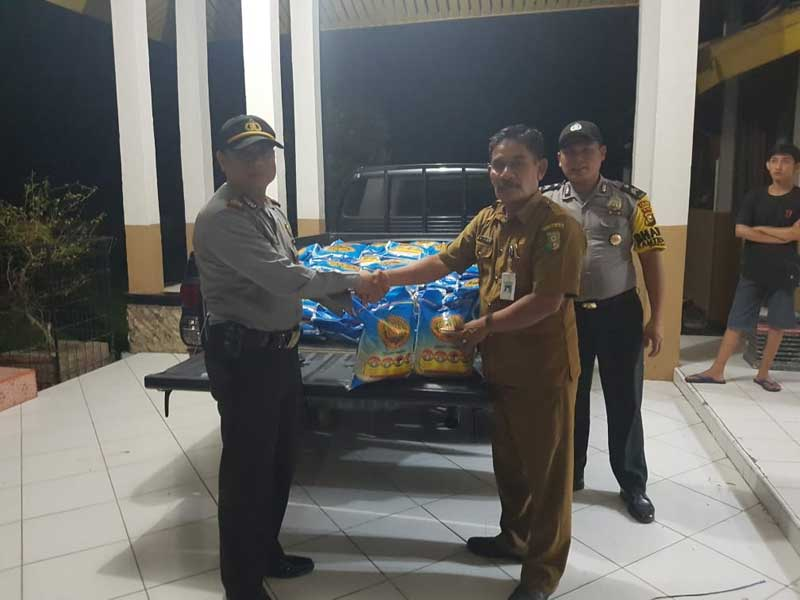 Kapolsek Serahkan Bantuan Kapolda untuk Korban Banjir Pangean