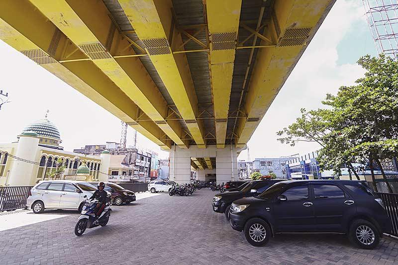 Bawah Jembatan Siak IV Jadi Tempat Parkir Ilegal