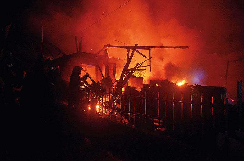 Perumahan Padat Penduduk di Kampung Dalam Dilahap Api
