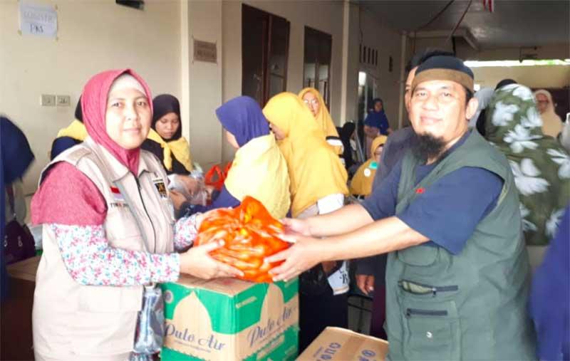 PA 212 Serahkan Ribuan Nasi Bungkus ke Korban Banjir Jakarta