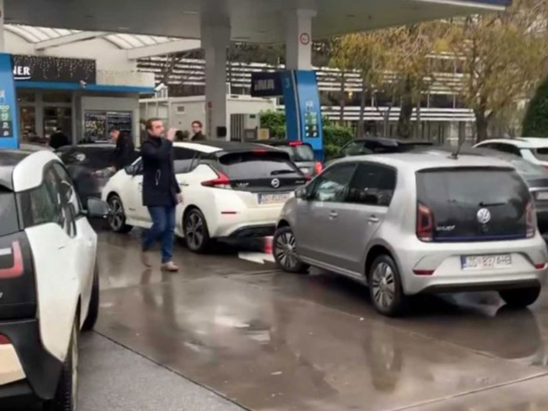 Pengguna Mobil Listrik Blokir SPBU