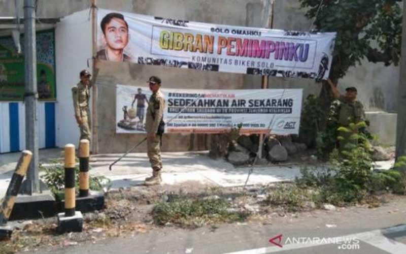 Demo Dukung Revisi Rusuh, Massa Aksi Copot Kain Hitam di Logo KPK