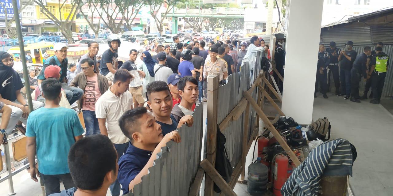 Situasi Kembali Memanas, Pedagang Berkumpul dan Goyang Pagar Seng STC