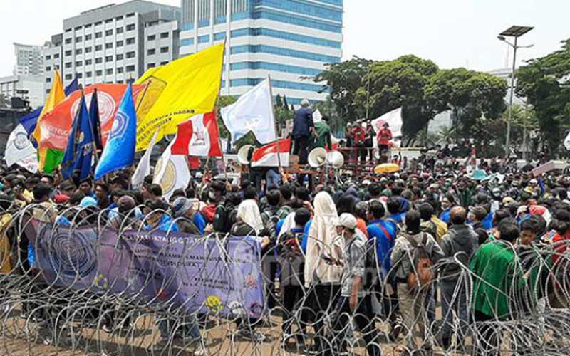 Mulai Panas, Massa Rusak Kawat Berduri, Panjat Pagar, Minta Masuk Gedung DPR