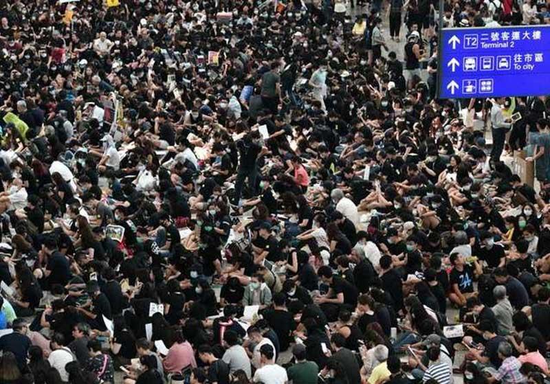 Demonstran Hongkong Duduki Bandara