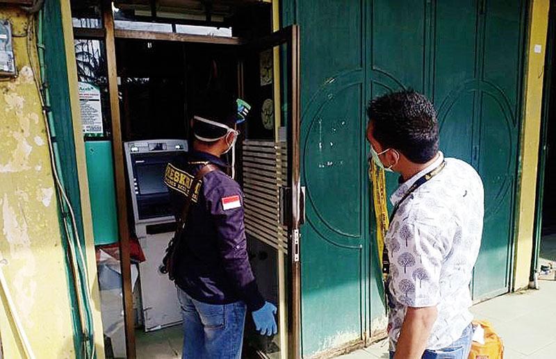 Tiga Pria Bobol ATM Bank