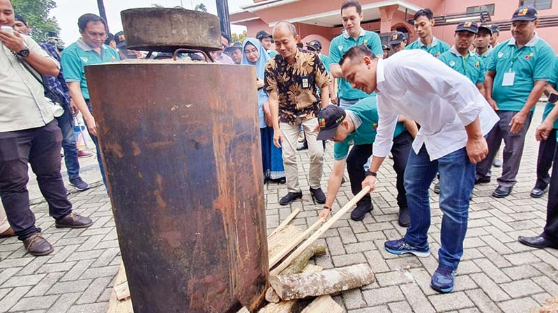 PTPN V Dukung Peningkatan Nilai Tambah Limbah Sawit Menjadi Arang Briket
