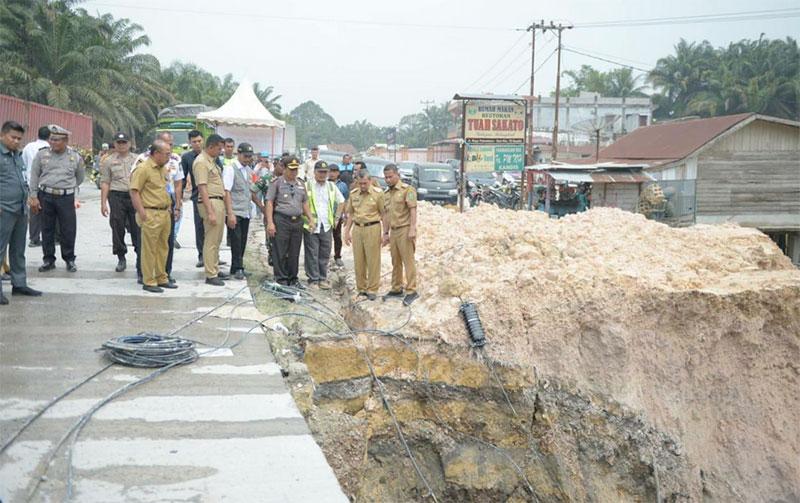 Gubri Tinjau Bahu Jalan Nasional yang Runtuh