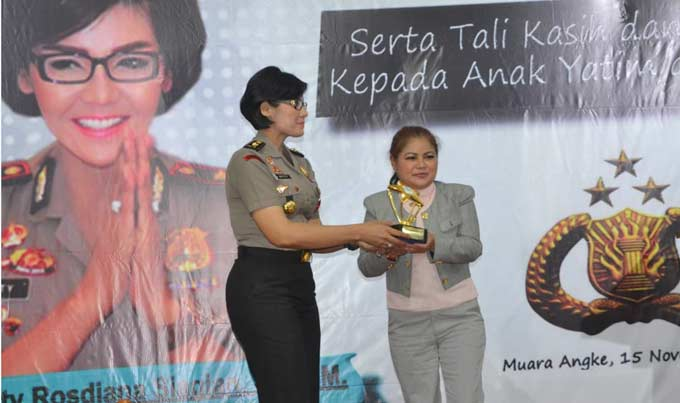 Imaculata Autism Boarding School Beri Award pada Kompol Netty