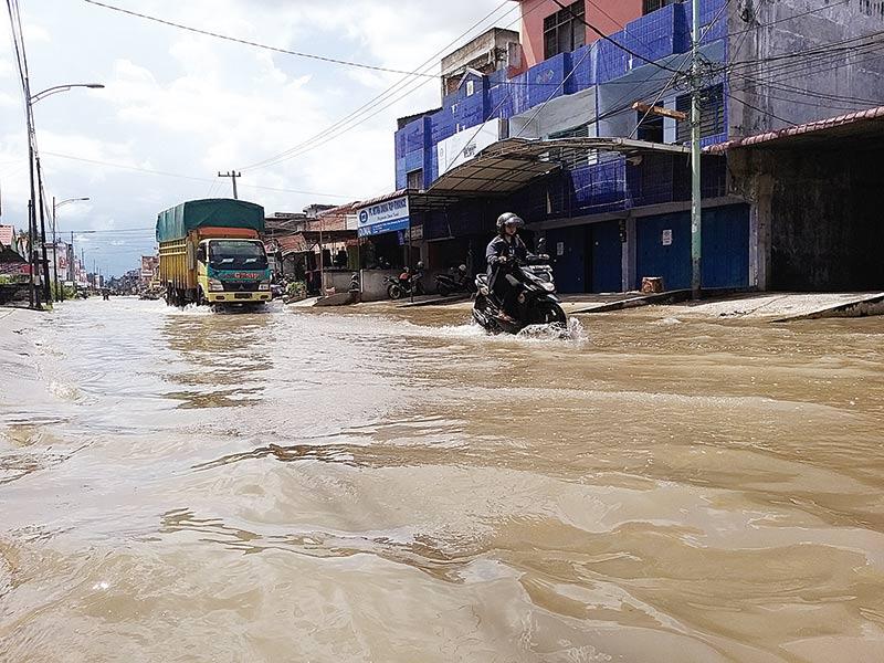 Ruas Jalan di Dumai Tergenang Banjir