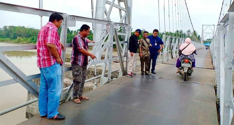 Jelang Pacu Jalur, PUPR Kuansing Ganti Lantai Jembatan Gantung