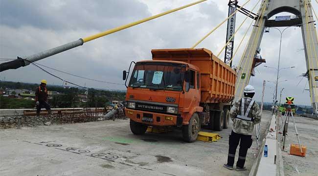 24 Dum Truk Uji Ketahanan Jembatan Siak IV
