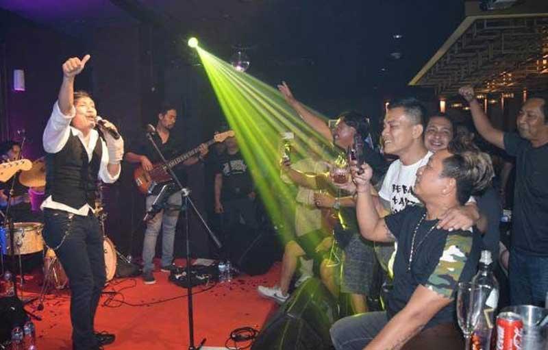 Katon Bagaskara Bius Fans di Bali dengan Lagu Lawas