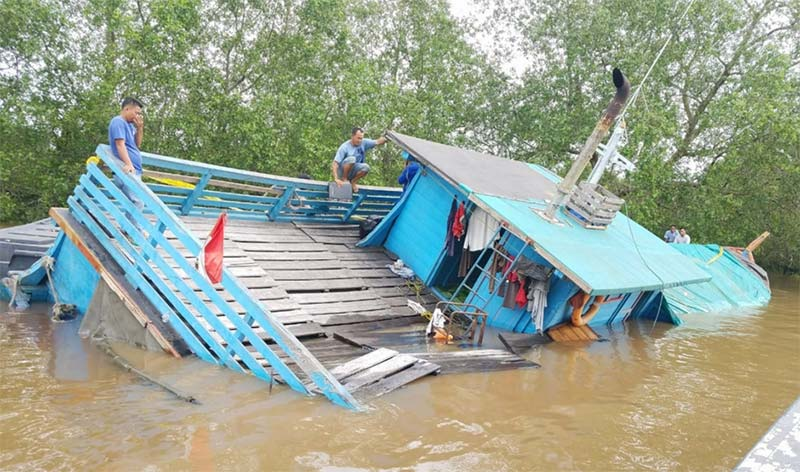 Kapal Muatan Sembako Tenggelam di Teluk Masjid