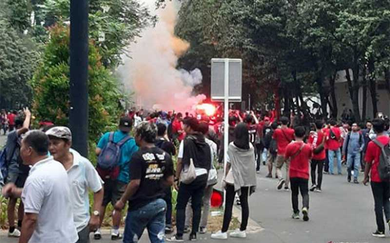 Kembang Api dan Suar Menyala Jelang Duel Indonesia vs Malaysia