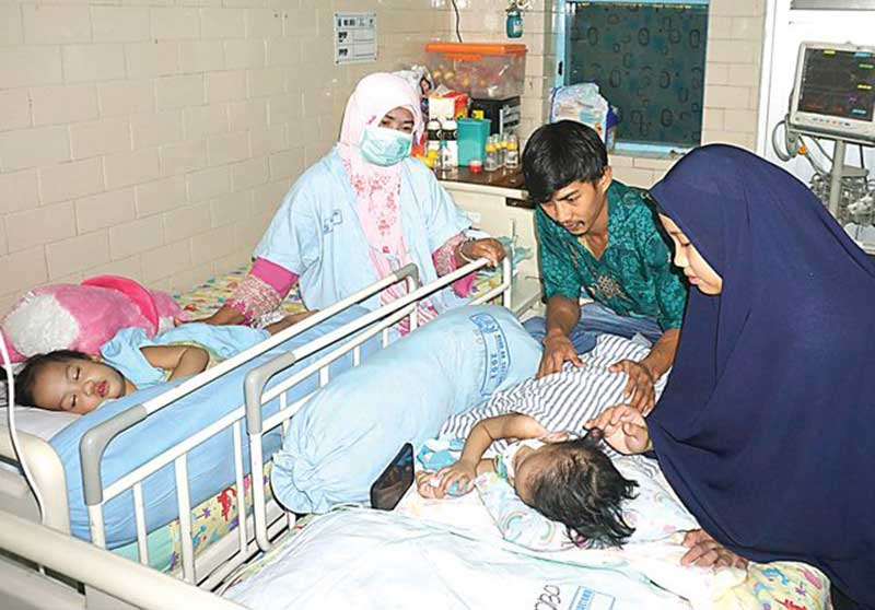 Setelah 21 Hari Dirawat di ICU, Akila-Azila Kembali Satu Kamar