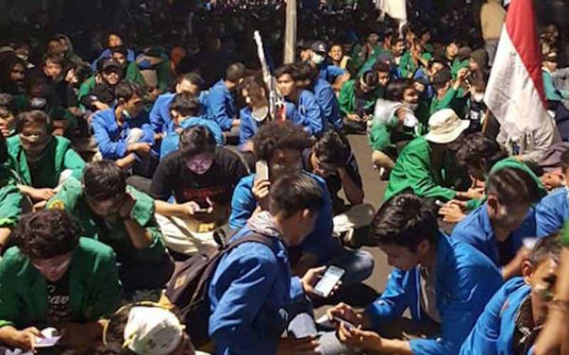 Pasukan Marinir dan Brimob Evakuasi Ratusan Mahasiswa