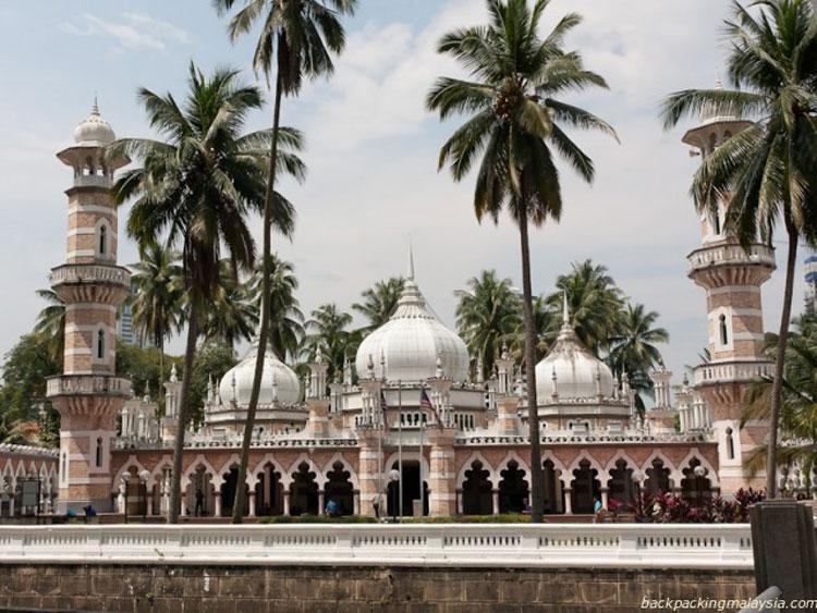 Mulai September Malaysia Izinkan Warga Asing Salat di Masjid
