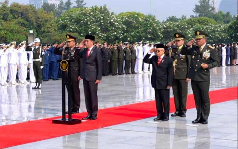 Presiden Jokowi Tabur Bunga di Makam Bu Ani dan Pak Habibie