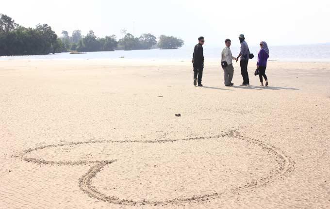 Pesona Pasir Bulan di Pantai Ogis