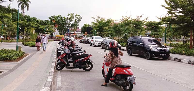 PKL Diminta Rp5.000, Parkir Rp2.000