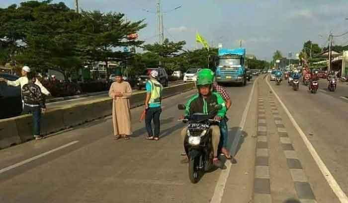 Video Pria Salat di Tengah Jalan Viral, Lurah Kelapa Gading Bilang Begini