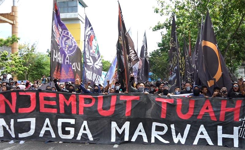 Pecinta PSPS Demo Di Depan Kantor Gubri
