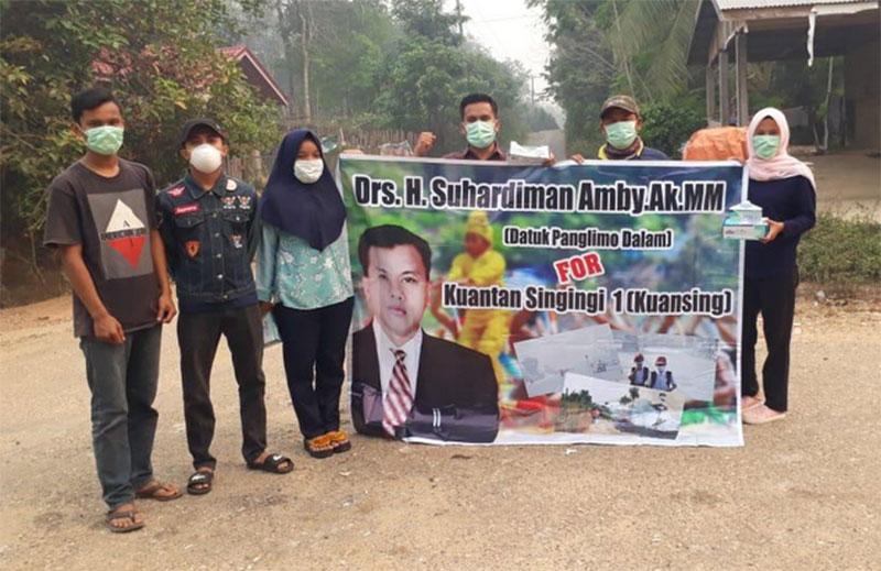 Relawan Suhardiman Amby Bagikan Masker Gratis ke Warga