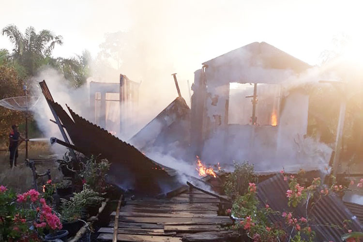 Ditinggal Pemiliknya, Rumah Warga Kampung Dagang, Rengat, Hangus Terbakar
