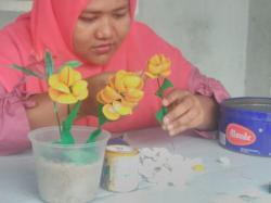 Manfaatkan Limbah Cangkang Kerang Jadi Bunga Cantik
