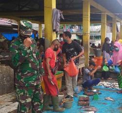 Babinsa Bangko Pantau Penerapan Prokes di Pasar Datuk Rubiah