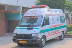 Pria di India Pura-pura Mati di Ambulans