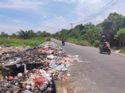 Sampah Berserakan di Jalan Rajawali Sakti Kerap Dibakar Warga