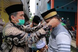 Ketua DPRD Inhil Bagikan Masker kepada Jamaah Masjid