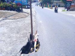 Lubang di Jalan Tengku Bey Bahayakan Pengendara