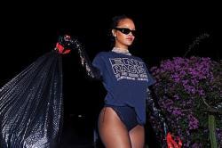 Sindir Trump, Rihanna Bergaya Seksi Sambil Bawa 2 Kantong Sampah