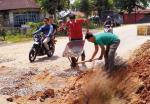 Warga Keluhkan Perbaikan Jalan Provinsi