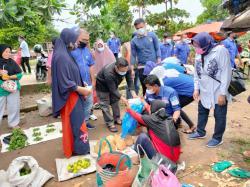 Demokrat Kuansing Bagikan Ratusan Nasi dan Masker di Pasar Tradisional