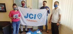 JCI Pekanbaru Peduli Salurkan Sembako dan Masker