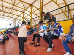 Protokol Kesehatan Ketat di PON XX Papua, Petugas Bagi-Bagi Masker