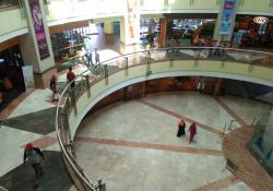 Akhir Pekan, Pusat Perbelanjaan Sepi
