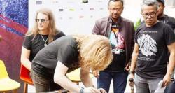Gitar Bertanda Tangan Personel Megadeth Terjual Rp100 Juta
