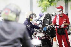 Isi BBM, Pengguna Roda Dua Wajib Turun