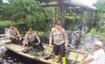 Gunakan Sampan,  Kapolres Jangkau Lokasi Banjir Temui Warga