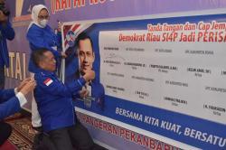 Kader Demokrat Riau Bubuhkan Cap Darah