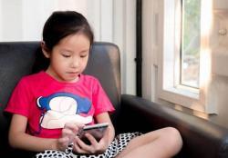 Main Gadget Lebih dari 2 Jam Sehari Berbahaya Bagi Anak