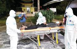 Tergeletak di Taman Bukit Gelanggang, Tunawisma Dibawa Tim Medis dengan APD