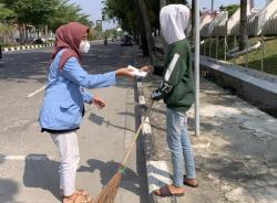 Berbagi Masker dan Hand Sanitizer Door to Door di Kelurahan Kota Baru